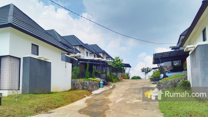 Lingkungan Parahyangan Village dengan jalan betonnya.