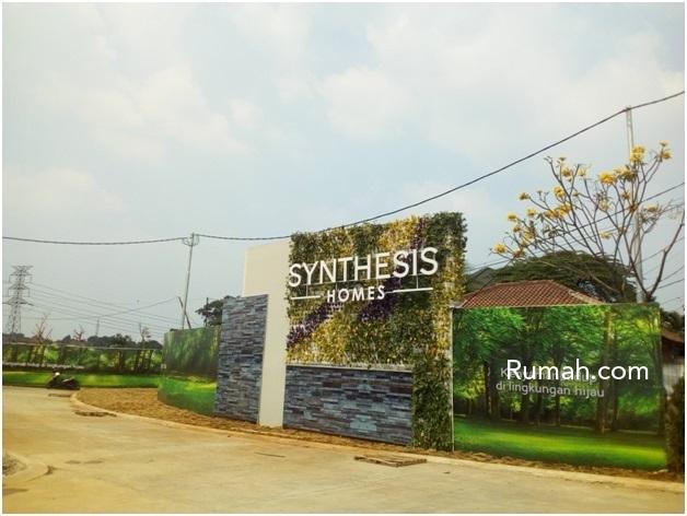 Gerbang masuk menuju perumahan Synthesis Homes dengan fasad yang di dominasi tanaman rambat dan batu alam yang bernuansa natural.
