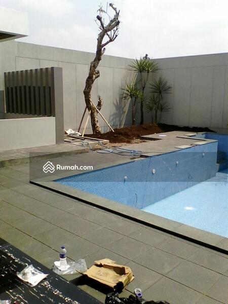 rumah mewah besar ada kolam renang di kawasan elite