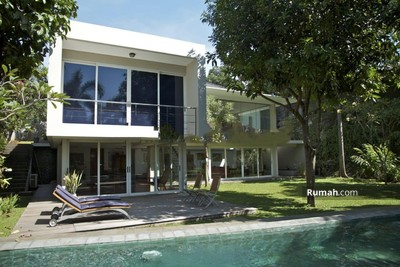 Disewa - Rumah asri minimalis modern, megah terawat, tenang aman nyaman, bebas banjir di Kemang Timur, Jakart