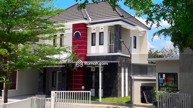 Rumah Modern Dua Lantai di Solo Baru #95406412