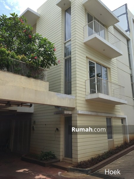 DIJUAL Rumah hoek 3 lantai di Long Beach, 3+1 BR, LT 7x15 m2, Pantai Indah Kapuk PIK Jakarta Utara #97684708