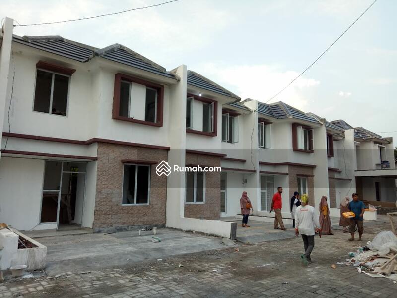 Exclusive Rumah Dua Lantai Dengan Arsitektur Bangunan Mewah #97925620