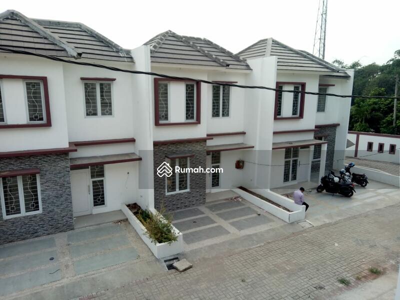 Exclusive Rumah Dua Lantai Dengan Arsitektur Bangunan Mewah #97925624