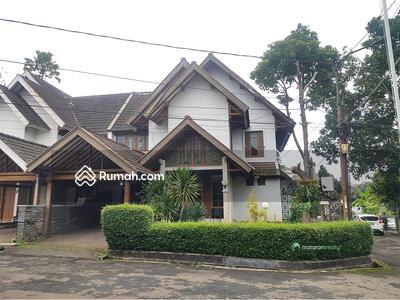 Disewa - Rumah Asri di Komplek Elit Tubagus Ismail, Dago, Semi Furnished, Hook