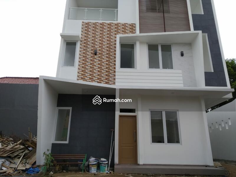 Rumah Modern Minimalis 3 Lantai di Jakarta Timur #104239244