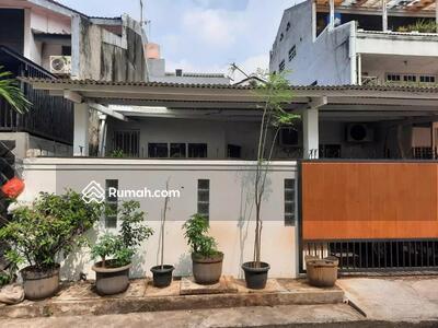 Dijual - Rumah ukuran besar Lokasi strategis di Duri Kepa(DK100)
