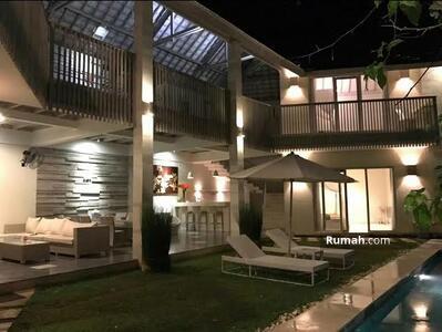Dijual - Ek 113-Dijual villa dengan concept tropical di jalan raya canggu