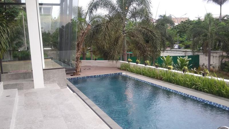 rumah baru dan mewah di pik dengan kolam renang pantai