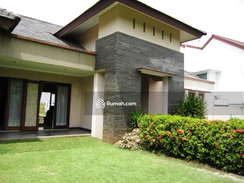 rumah minimalis dengan halaman yang luas dan asri
